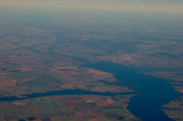 A Foz do Rio Tietê à esquerda e à direita a Foz do Rio Sucuriú junto àCidade de Três Lagoas. Ambos desaguam no Rio Paraná. Ao centro a Represa de Urubupungá e mais ao fundo a Ilha Comprida