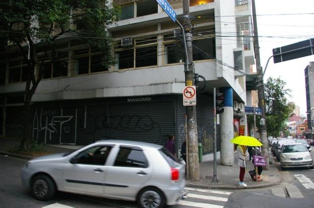 Detalhe da esquina e a parede deslocada que amplia o espaço para o pedestre
