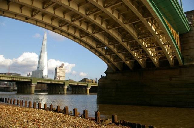 "O Edifício ""The Shard"" e os baixos da  Southwark Bridge"