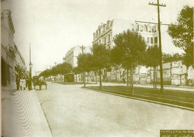 Av. São João em 1916, quando Estadão já circulava em São Paulo. Os bondes também, em faixas exclusivas.